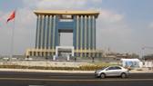 圖為21層樓高的平陽省行政中心,該省大部份部門的工作場所都匯聚於此。(示意圖源:霸山)