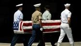 美國總統當地時間20日稱,朝鮮已歸還200具朝鮮戰爭時期的美軍遺骸。圖為美軍2007年4月接收朝鮮歸還的韓戰美軍遺骸。(圖源:AP)