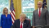 美國總統特朗普當地時間20日在白宮簽署一項行政命令,暫時緩解非法入境者與未成年子女強制分離的危機。(圖源:AP)