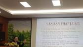 市商業仲裁委員會主席阮文厚律師在研討會上發表演講。(圖源:玉盛)