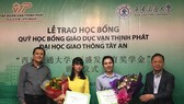 萬盛發集團去年給獲取獎學金的學生頒獎。