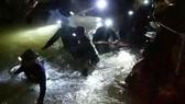 救援隊在洞穴中發現生命跡象。(圖源:互聯網)