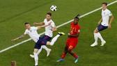 英國隊(白衣)擅長頭槌進攻。