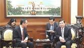 市人委會主席阮成鋒(右)接見中國駐本市新任總領事吳駿。(圖源:VOH)