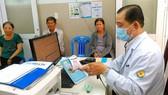 第十一郡醫院醫生使用條形碼 掃描器獲取病人信息,有助於縮短診病時間。
