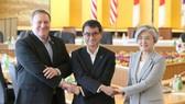 韓國外長康京和(右起)、日本外相河野太郎、美國國務卿蓬佩奧 在會晤前合影留念。(圖源:韓聯社)