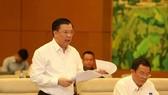 財政部長丁進勇(左)向國會常務委員會簡略闡釋呈文。(圖源:楊江)