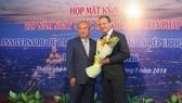市各友好組織聯合會主席黃明善(左)向法國駐本市總領事Vincent Floreani 贈送鮮花。