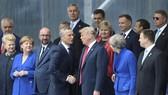 北約秘書長斯托爾滕貝格(中左)與美國總統特朗普(中右)在北約峰會開幕式上握手。(圖源:新華網)