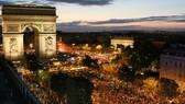 7月10日晚,民眾在巴黎香榭麗舍大街上慶祝法國隊進入世界盃決賽。(圖源:AFP)