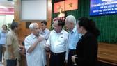 市委常務副書記畢成剛(右三)與第十郡選民接觸。(圖源:愛甄)