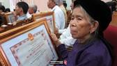 國家主席頒授越南英雄母親稱號與抗戰勳章。(圖源:TRANDAIQUANG.ORG)