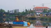 在橫涌上由公安扣押的贓物船隻阻礙該區域工程 的施工進度。