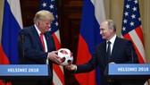 普京向特朗普贈送世界盃官方用球,並祝賀美將是2026年世界盃主辦國。(圖源:AFP)