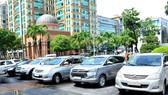 自8月1日起本市開展對暫時在道路上、人行道上停泊的汽車進行收費。(圖源:范強)