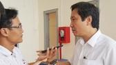 內務部副部長陳英俊答《西貢解放報》記者提問。