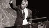 曼德拉作為當時的南非非洲人國民大會副主席,在大會堂向反對種族隔離特別委員會發表講話時舉起拳頭。(圖源:聯合國)