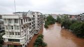 中國四川省內江市東興區田家鎮的小青龍河水位上漲,河邊部分民房被淹。(圖源:新華網)