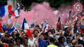法國群眾上街慶祝奪得世足盃冠軍。