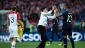 球迷進場與姆巴佩擊掌。