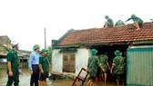 戰士們協助災民維修被颱風破壞的屋頂。