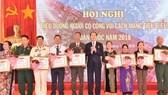 國家主席陳大光向2018年全國革命有功者模範代表頒贈獎狀及鮮花。(圖源:登科)