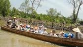 到校途中的同塔省新鴻洪水區學生。