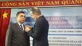 法國駐本市總領事Vincent Floreani向阮玉殿副教授頒授法國政府的翰林院棕櫚葉勳章。(圖源:PLO)