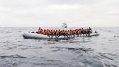 搭乘橡皮艇從利比亞海岸出發橫渡地中海的移民和尋求庇護者。(圖源:互聯網)