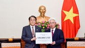 我國外交部代表向日本駐越大使轉交越南政府對日本若干地方災民克服洪澇災害後果工作10萬美元協助款項。(圖源:外交部)