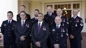 """榮獲""""英勇勳章""""的9名參與清萊洞穴救援的澳大利亞隊員合影留念。(圖源:AP)"""