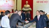 政府總理阮春福與各代表交談。(圖源:統一)