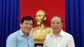 孫盛強常值副理事長(右)將款項 轉交本報主編紅藍。
