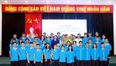 越南學生體育代表團合影留念。