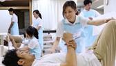 越南護理實習生在日本東京接受訓練。(圖源:Nikkei)