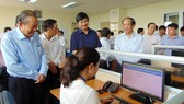 政府常務副總理張和平親往視察廣南省稅務局的行政改革工作。(圖源:玉詩)