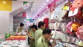 市場管理隊在檢查寶貝公司的某一連鎖店內擺售的貨品。(圖源:馮山)