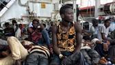 乘坐的船隻在利比亞海岸傾覆後,被意大利海岸警衛隊救起的難民。聯合國難民署指出,許多難民在利比亞落入人口販運分子之手,或是在前往歐洲尋求庇護的途中葬身大海,急需法律途徑保障難民安全。(圖源:聯合國難民署)