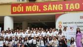參加越南夏令營的6國法語大學生在河內大學校園內合照。