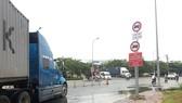 胡學覽街已允許重型卡車全天通行以進出富定港口,所以也應 該拆下輕型卡車於規定時間禁行的路牌。