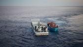 從非洲北部試圖通過地中海前往歐洲的一船人在海上獲救。(圖源:聯合國難民署)