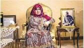 拉登的母親加尼姆接受《衛報》專訪,她身旁放了兒子拉登的照片。(圖源:衛報)
