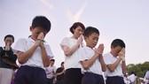 廣島市學童在和平紀念儀式上雙手合十,為原子彈爆炸的死難者誠心禱告。 (圖源:路透社)
