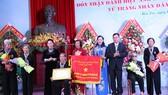 國會主席阮氏金銀向檳椥省婦女會授予「人民武裝力量英雄」 稱號。(圖源:光海)