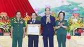 國家主席陳大光向越南退伍軍人企業家協會 頒授三等勞動勳章。(圖源:顏創)