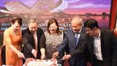 雙方領導代表切蛋糕慶祝國慶。