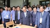 政府總理阮春福與各代表參觀木傢具展。(圖源:光孝)