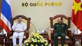 越南人民軍副總參謀長范玉明上將(右)接見泰國皇家海軍水達局局長、韋奈‧曼納帕海軍上將。(圖源:芳玲)