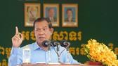 柬埔寨首相洪森8月2日訪問金邊的一家服裝廠時發表講話。(圖源:pressocm.gov.kh)