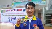 華人運動員林東旺炫耀冠軍金牌。